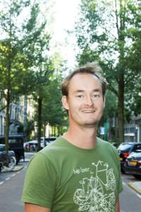 Pokerspeler Michiel Brummelhuis in zijn straat in oudzuid