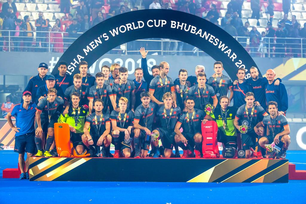 BHUBANESWAR, INDIA - Nederlands team met zilver na de finale tussen België en Nederland (0-0) bij het WK Hockey heren in het Kalinga Stadion. Belgie wint de shoot outs . ) COPYRIGHT KOEN SUYK